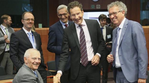 Der deutsche Finanzminister Wolfgang Schäuble (links) mit dem Präsidenten der Eurogruppe Jeroen Dijsselbloem (Mitte) und Luxemburgs Finanzminister Pierre Gramegna (rechts).