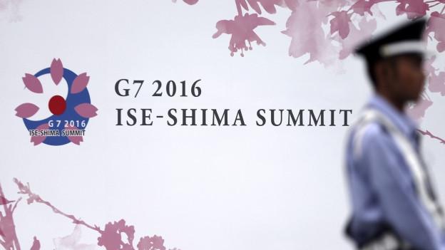 Ein Sicherheitsmann vor dem Mediencenter des G7-Gipfels.
