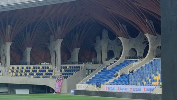 Wie kam dieses wunderschöne Fussballstadion mit seinen 3800 Plätzen ins 1700-Seelendorf Felcsut? In Felcsut wuchs Premierminister Viktor Orban auf. Und der ist fussballverrückt. Ist also das Stadion eher Ausdruck einer grossen Leidenschaft oder Symbol für die grassierende Korruption?