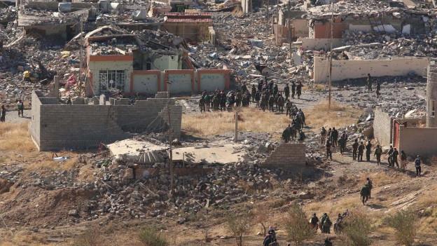 Zu sehen sind kurdische Peschmerga-Kämpfer in der Gegend der irakischen Stadt Sindschar (Aufnahme: November 2015)