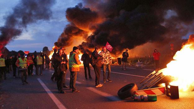 Der Proteststreik in Frankreich gegen die Arbeitsgesetz-Reform wird immer gewalttätiger. Blockade bei einer Öl-Raffinerie im Norden des Landes.