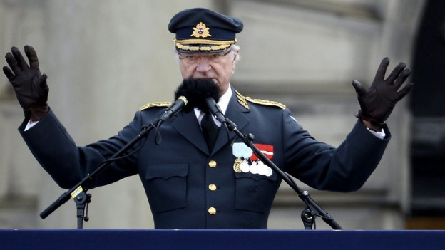 König Carl Gustav hält in Uniform eine Rede.