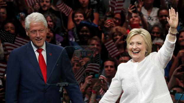 Hillary Clinton und ihr Ehemann Bill Clinton vor ihren Anhängern.