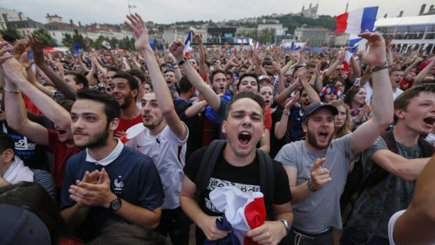 Französische Fans bejubeln ihre Mannschaft.