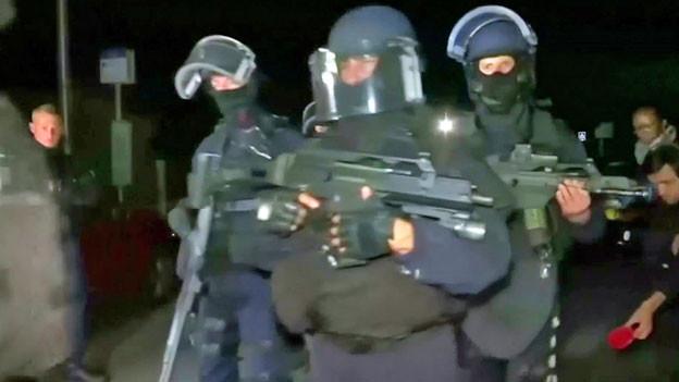 Ein Mann tötete bei Paris einen Polizisten und nahm dessen Familie als Geisel.  Spezialeinheiten erschossen ihn. Die Frau lag tot in der Wohnung, ein Bub überlebte.