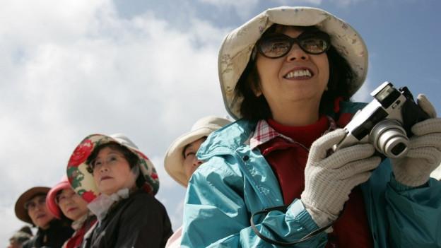 Chinesische Touristinnen mit Fotoapparat.