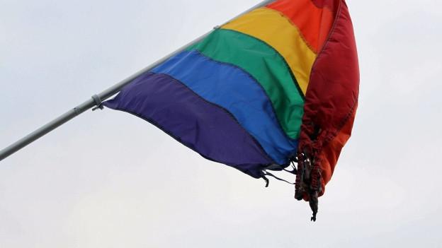Eine teilweise zerstörte Regenbogenfahne - sie ist seit den 1970er Jahren ein internationales schwul-lesbisches Symbol.