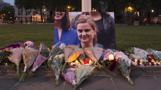 Blumen und Kerzen für Jo Cox