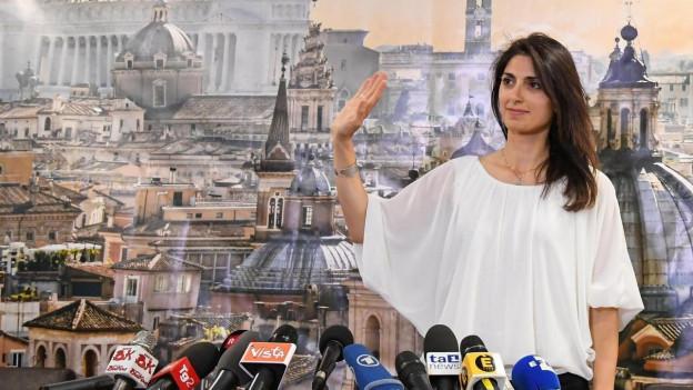 Zu sehen ist Virginia Raggi nach ihrer Wahl zur neuen Bürgermeisterin Roms.