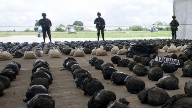 Zu sehen sind kolumbianische Soldaten auf dem Flughafen von Tumaco mit fast vier Tonnen an konfisziertem Kokain.