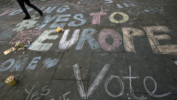 Brexit-Gegner werben in grossen Kreidelettern für den Verbleib in der EU.