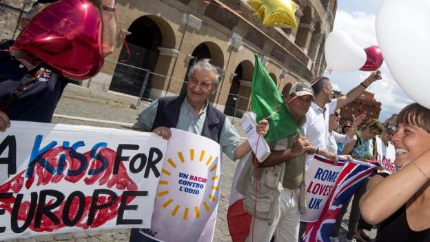 Vor dem Kolosseum in Rom demonstrieren Menschen für einen Verbleib Grossbritanniens in der EU.