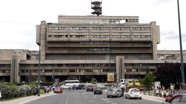 Das Gebäude des öffentlich-rechtlichen Rundfunks in der bosnischen Hauptstadt Sarajevo, ein grauer Betonbau.