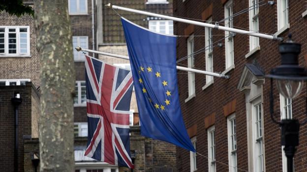 Eine britische und eine EU-Flagge wehen vor dem Europahaus in London.