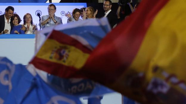 Der spanische Regierungschef Mariano Rajoy feiert mit Parteimitgliedern die Ergebnisse ihrer Partei.