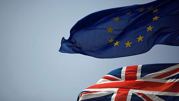 Über einer britischen weht eine Flagge der EU.