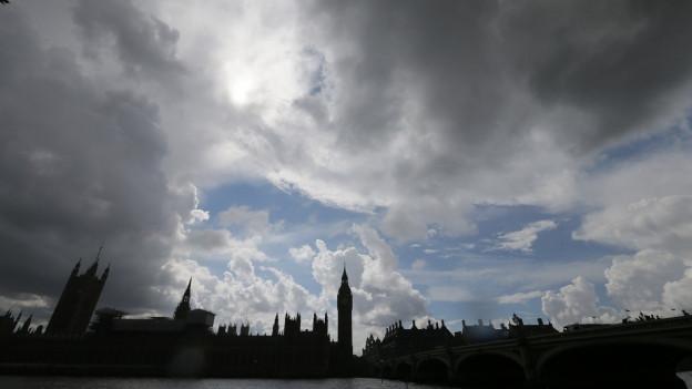 In der Ferne sieht man das britische Parlament.