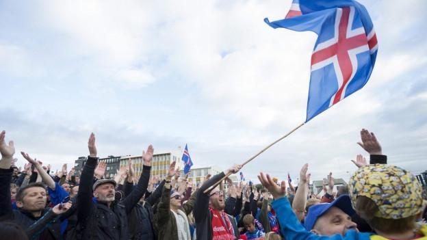 Isländische Fussballfans jubeln beim Sieg gegen England.