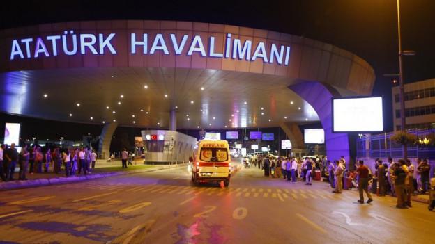 Blick zur Anfahrt zum Flughafen in der Nacht.