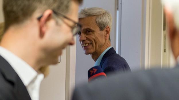 In der Mitte des Bilds ist ein lachender Wolfgang Gedeon zu sehen.