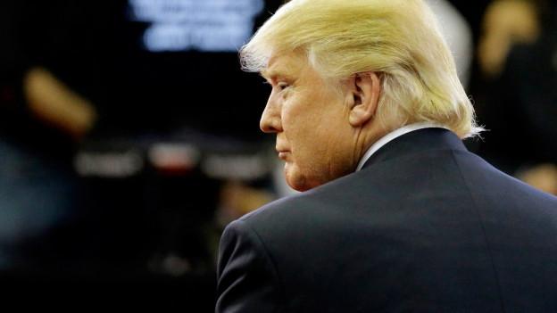 Donald Trump über die Schulter fotografiert.