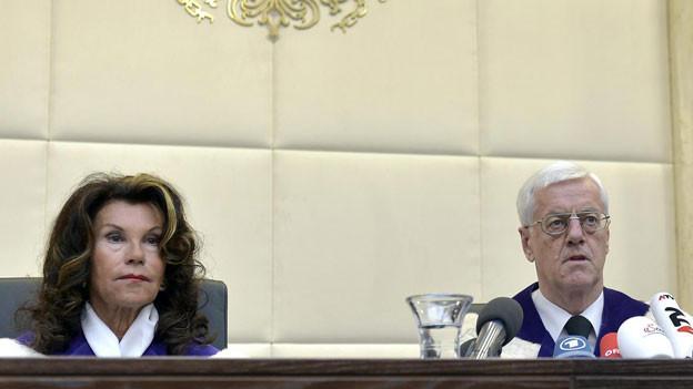 Vizepräsidentin Brigitte Bierlein und VfGH-Präsident Gerhart Holzinger verkünden den Entscheidung des VFGH zur Bundespräsidenten-Wahl-Anfechtung der FPÖ in Wien.