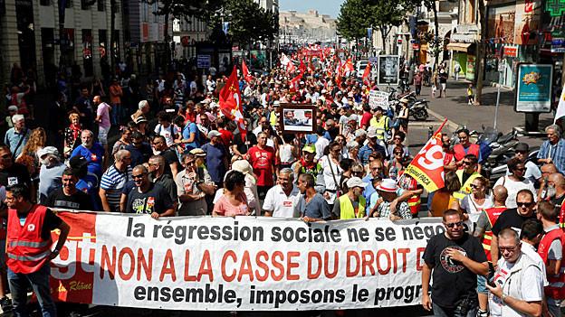 Gewerkschafterinnen und Gewerkschafter protestieren am 5. Juli in Marseille gegen die Arbeitsmarktreform.