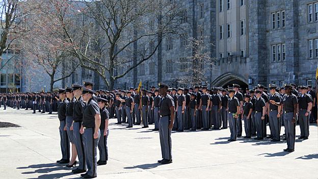 Kadetten und Kadettinnen im Hof der Militärakademie von West Point.