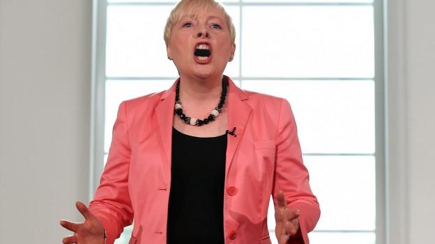 Labour-Abgeordnete Angela Eagle gestikuliert kämpferisch auf einer Veranstaltung.