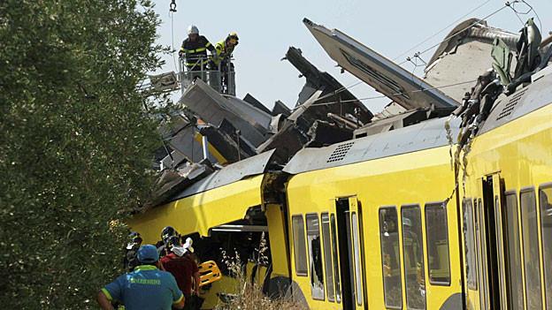 Hilfskräfte sind an der Unfallstelle im Einsatz.