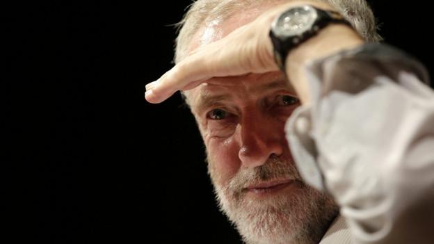 Labour-Chef Jeremy Corbyn blickt in die Ferne.