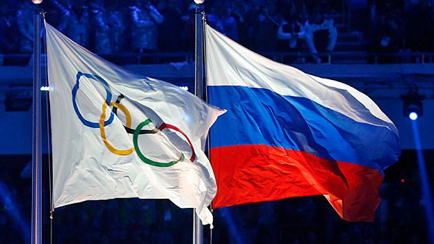 Eine russische und die Olympia-Flagge bei der Eröffnung der Olympischen Winterspiele in Sotschi.