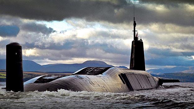 Eines der vier britischen Atom-U-Boote, die HMS Vengeance, vor der schottischen Küste..