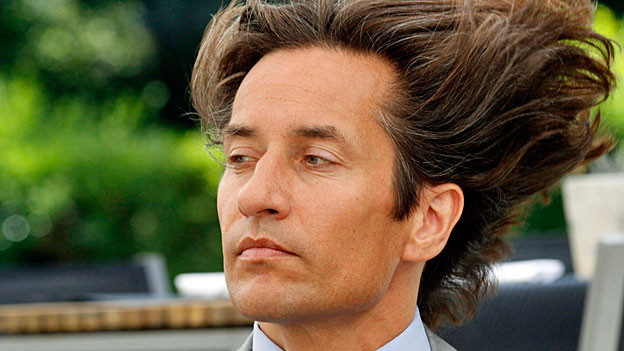 Karl-Heinz Grasser wartet am 3. November 2011 auf Informationen über die Durchsuchung seines Hauses durch die Finanzbehörden.