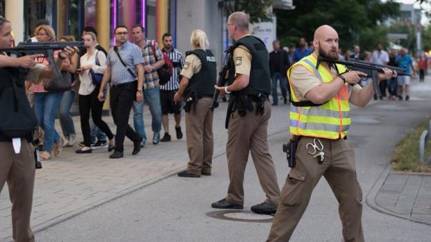 Die Münchner Polizei sichert nach der Schiesserei das Gelände ab