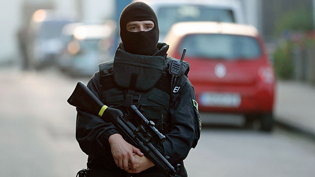 Polizist eines Sonderkommandos im Einsatz im deutschen Ansbach.