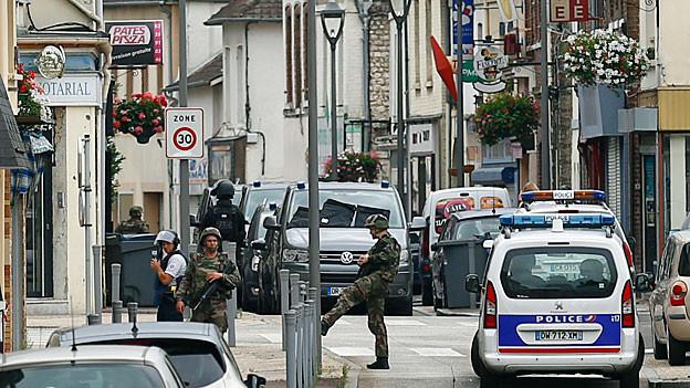 Polizeikräfte in einer Strasse in Saint-Etienne-de-Rouvray.