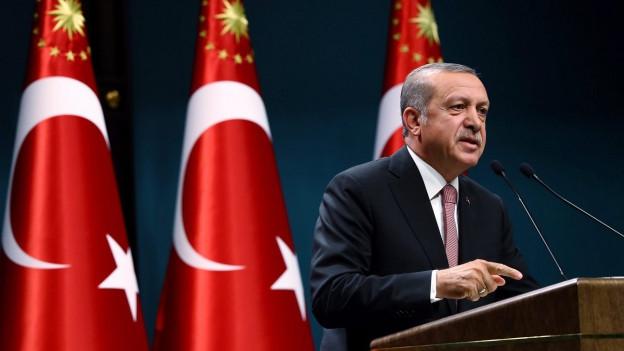 Der türkische Präsident Erdogan am Rednerpult.