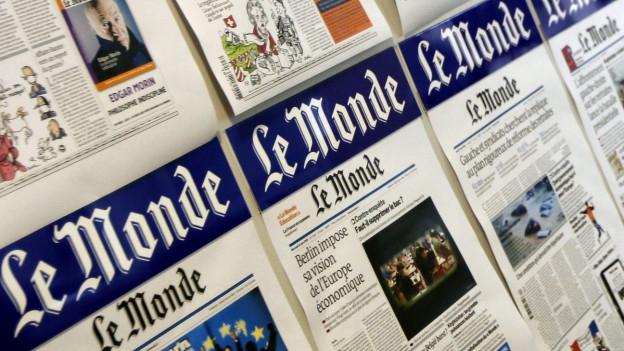 Verschiedene Titel der Tageszeitung Le Monde nebeneinander.