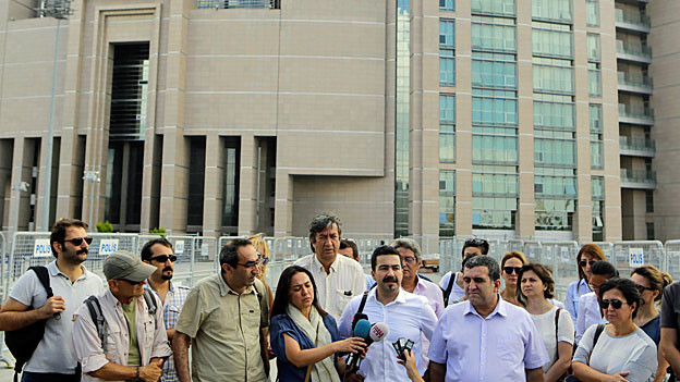 Eine Gruppe Journalisten und Journalistinnen hat sich am 27. Juli vor einem Medienhaus versammelt – zur Solidaritätsbekundung mit entlassenen Kollegen.