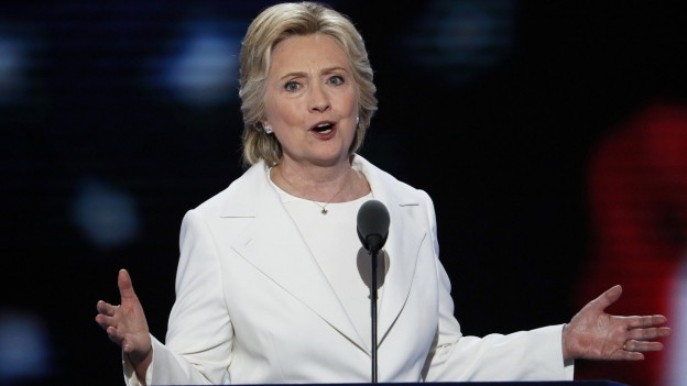 Hillary Clintonam Parteitag der Demokraten in Philadelphia, sie steht im weissen Jackett am Rednerpult, die Arme in der Luft, strahlend (28. Juli 2016).