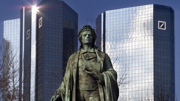 Eine Statue des deutschen Dichters Schiller vor dem Hauptsitz der Deutschen Bank in Frankfurt.