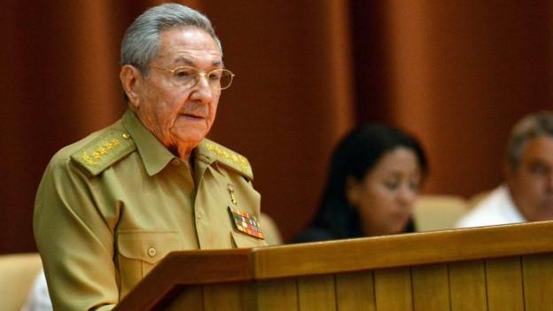 Raúl Castro sitzt im kubanischen Parlament, braune Uniform, Brille und graue Haare (8. Juli 2016).