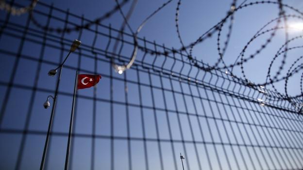 Zaun und türkische Flagge.