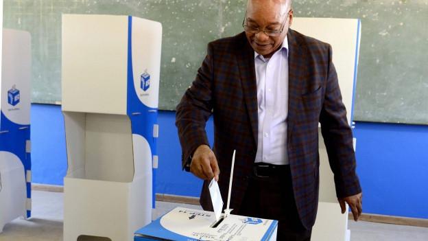 Präsident Jacob Zuma gibt seine Stimme ab.