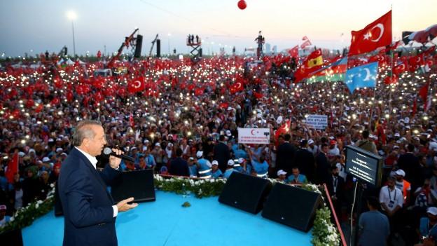 Der türkische Präsident Recep Tayyip Erdogan spricht während einer Kundgebung zu einer Menschenmasse.