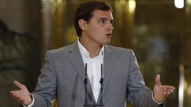Albert Rivera, Chef von Ciudadanos steht am Rednerpult und spricht zu Reportern.