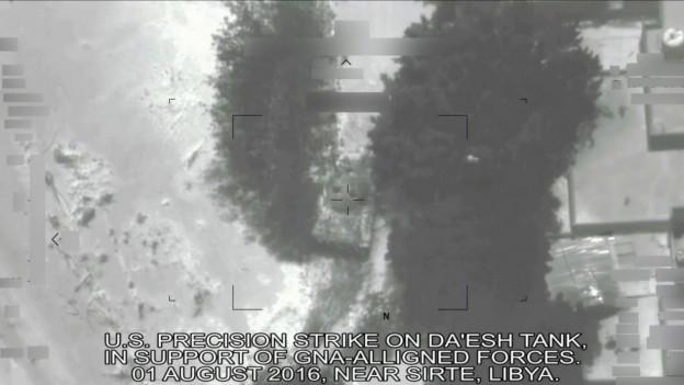 Ein von einer Drohne gemachtes Foto zeigt eine Explosion am Boden.