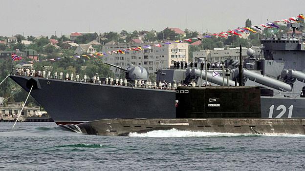 Russische Kriegsschiffe im Hafen von Sewastopol auf der Krim.