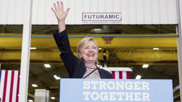 Hillary Clinton winkt nach den Erläuterungen zu ihrem Wirtschaftsprogramm.